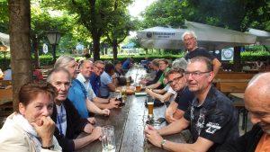 Treffpunkt am längsten Biergartentischs Bayerns